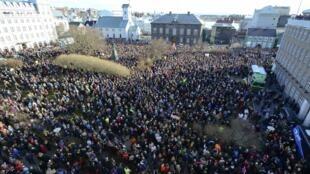 图为冰岛民众示威敦促总理贡劳格松下台