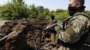 Lực lượng thân Nga tại mièn đông Ukraina bị tố cáo về những hành vi hù dọa, cưỡng bức, giết người.Ảnh một chốt ngoài thành phôe Slaviánk, ngày 16/05/2014.