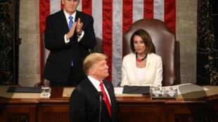 Donald Trump, ao centro, em seu discurso sobre o estado da União em sessão conjunta do Congresso dos EUA na Câmara do Capitólio, em Washington, 5 de fevereiro de 2019