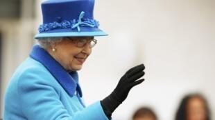 A rainha Elizabeth II nesta quarta-feira (9), durante inauguração de linha de trem histórica na Escócia.