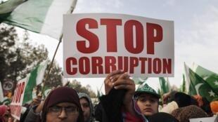 Dezenas de milhares de paquistaneses participaram, em Islamabad, numa grande manifestação para protestar contra o governo.