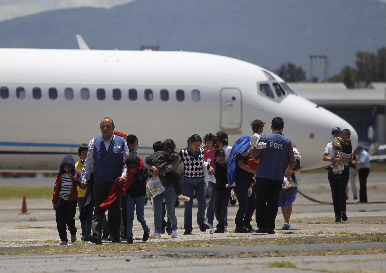 Familias guatemaltecas deportadas de Phoenix, Arizona, a su llegada a Ciudad de Guatemala, 22 de julio de 2014.