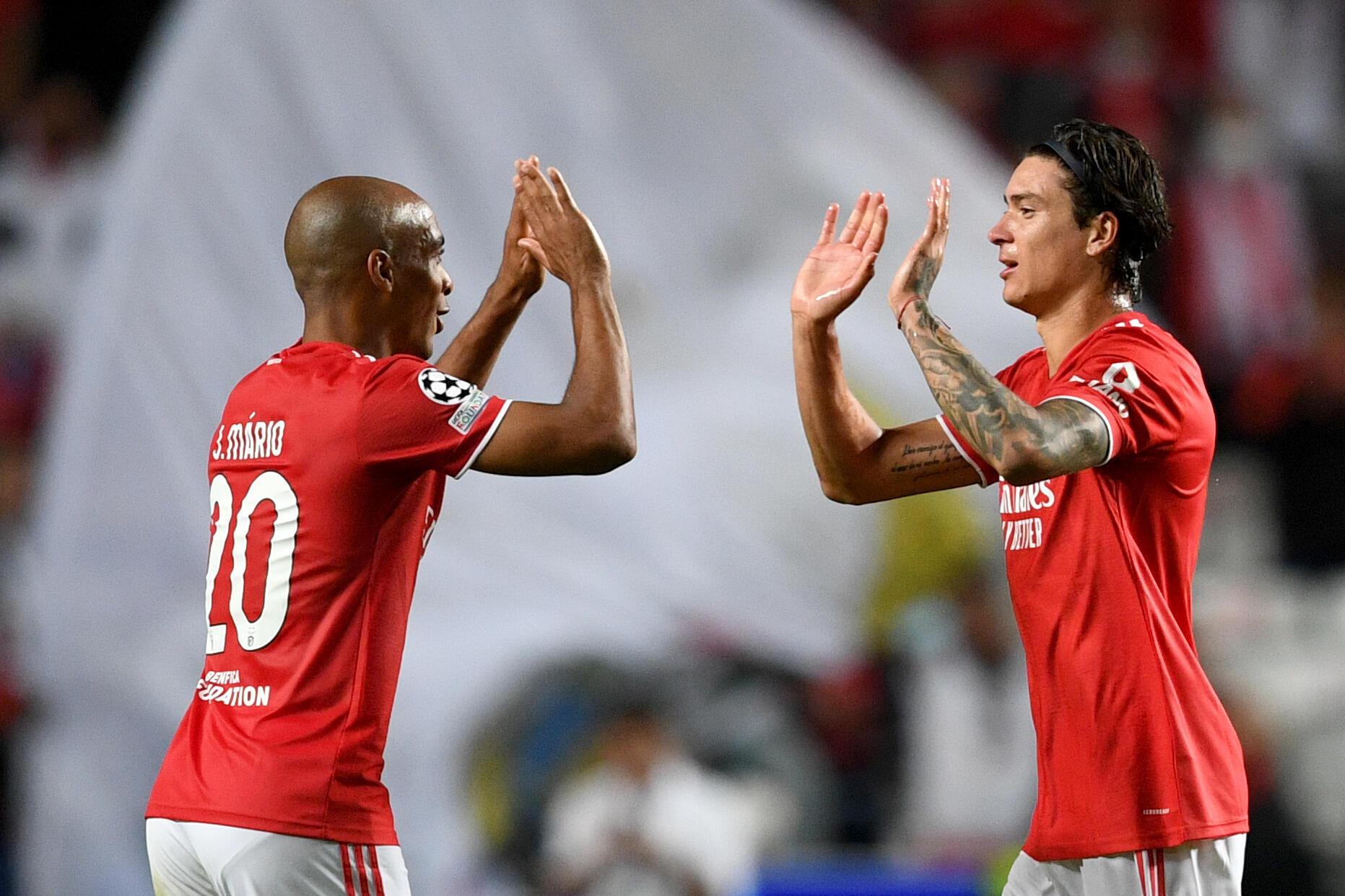 La joie de l'attaquant uruguayen de Benfica Darwin Nunez (d), après avoir marqué face à Barcelone, lors de leur match de poule de la Ligue des Champions, le 29 septembre 2021 à Lisbonne