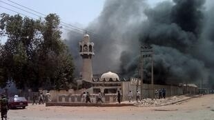Une mosquée incendiée par des protestataires après les résultats de l'élection présidentielle annonçant Jonathan Goodluck vainqueur, à Kano, le 18 avril 2011.