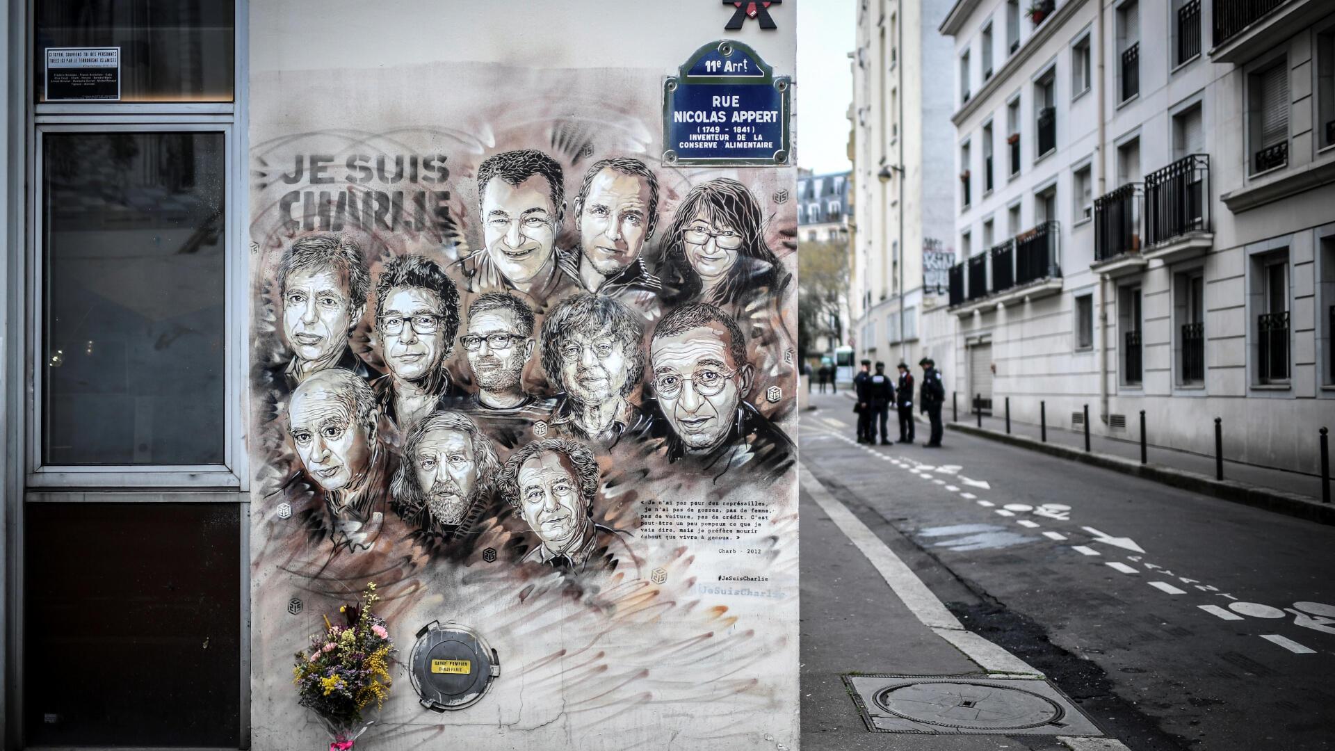 Equipa do Charlie Hebdo numa pintura junto à redacção.