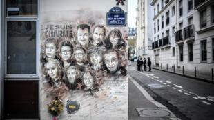 Une peinture murale de l'artiste français Christian Guémy, connu sous le nom de C215, en hommage aux membres du journal «Charlie Hebdo» qui ont été tués par des hommes armés en janvier 2015, rue Nicolas-Appert à Paris.