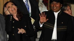 La presidenta argentina Cristina Kirchner junto a su par boliviano Evo Morales en Cochabamba, el 4 de julio de 2013.