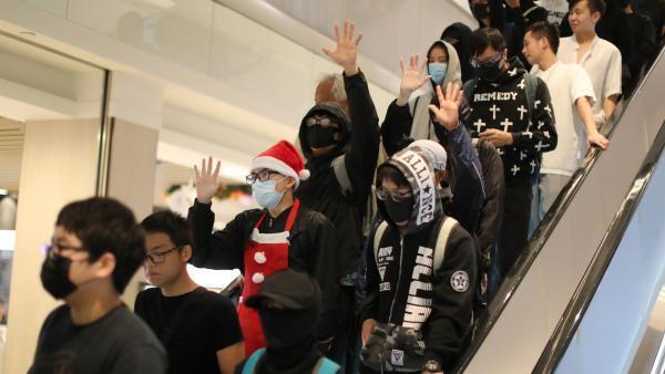 香港示威者在一处商业中心 2019年12月25日 Des manifestants dans un centre commercial de Hong Kong, le 25 décembre 2019.