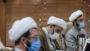 گروهی از وعاظ و نوحه خوانان در باره عزاداریهای محرم  با وزیر بهداشت جلسه داشتند