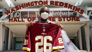 Un fan des Washington Redskins, équipe de football américain au nom controversé, pose avec le maillot de la franchise de NFL.