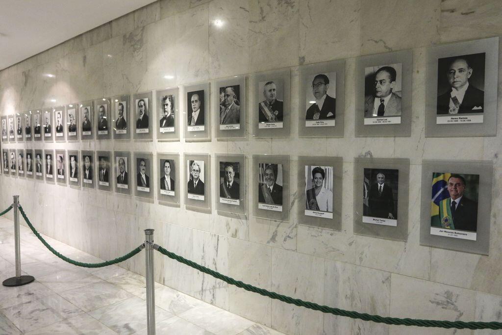 O Palácio do Planalto incluiu hoje (3) o retrato oficial do presidente Jair Bolsonaro na Galeria dos Presidentes da República