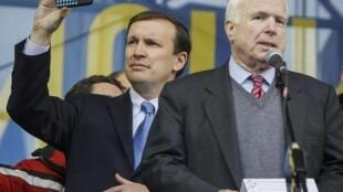 Сенаторы Крис Мерфи и Джон Маккейн на Майдане Незалежности в Киеве 15/12/2013