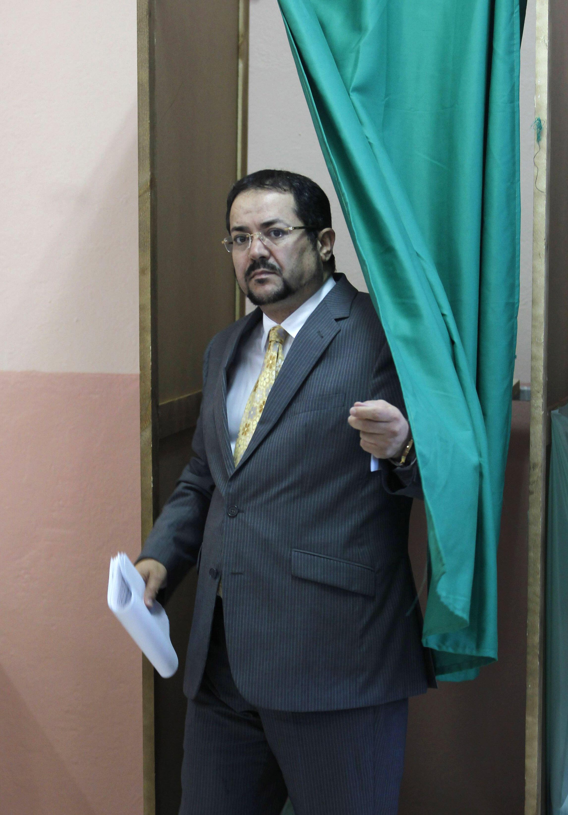 MSP leader Abdelmadjid Menasra votes
