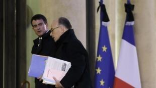 Le chef du gouvernement français Manuel Valls et son ministre de l'Intérieur Bernard Cazeneuve arrivent à l'Elysée, jeudi 8 janvier 2015, pour une nouvelle réunion de crise au lendemain du massacre qui a décimé la rédaction de «Charlie Hebdo».