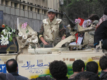 «Moubarak dégage !» écrit au marqueur sur un tank. L'armée n'a pas tiré pendant les manifestations, on entendait des slogans «L'armée et le peuple ne font qu'un !».