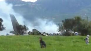 """هواپیمای """"ایلوشین"""" ارتش الجزایر که دقایقی پس از برخاستن از پایگاه خود در جنوب پایتخت این کشور سقوط کرد. چهارشنبه ۲۲ فروردین/ ١١ آوریل ٢٠۱٨"""