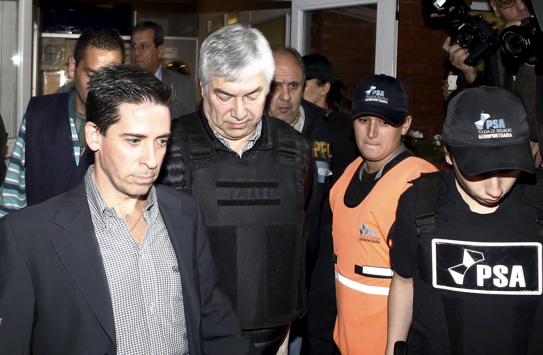 L'homme d'affaire argentin Lazaro Baez, escorté par des forces de l'ordre, le 5 avril 2016.