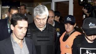 L'homme d'affaire argentin Lazaro Baez, escorté par les forces de l'ordre, le 5 avril 2016.