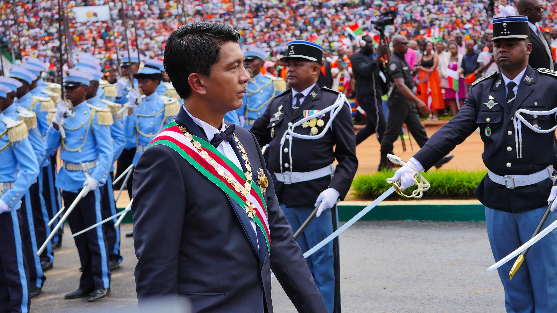 Le président Andry Rajoelina passe les troupes en revue, lors de la cérémonie de son investiture, le 19 janvier 2019, à Madagascar.