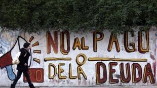 Buenos Aires : Biểu ngữ vẽ trên tường đòi không tăng thuế để thanh toán nợ - REUTERS /Marcos Brindicci