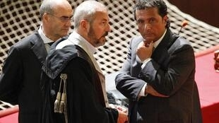 Франческо Скеттино (П), капитан круизного лайнера Costa Concordia и его адвокаты в зале суда в Гроссето, Италия 17/07/2013