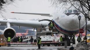 هواپیمای روسی ایرکرافت آیال 96 حامل دیپلماتهای اخراج شده از آمریکا، روز یکشنبه اول آوریل، وارد روسیه شد