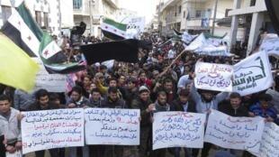 Manifestantes protestam contra o presidente Bachar al-Assad na cidade de Idleb, nesta sexta-feira.