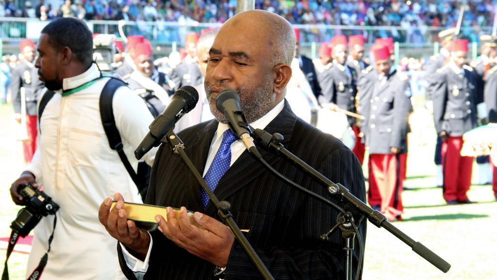 Le président des Comores Azali Assoumi lors de sa prestation de serment sur le Coran à Moroni, le 26 mai 2016.