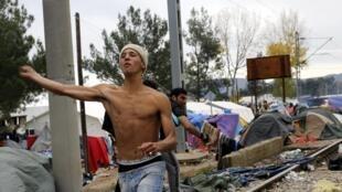 Les candidats à l'exil ont jeté des pierres sur la police après qu'un homme s'est électrocuté au poste frontière d'Idomeni.