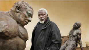 Le sculpteur sénégalais Ousmane Sow (1935-2016), ici en 2010 à la Fondation Coubertin à Saint-Rémy-lès-Chevreuse.