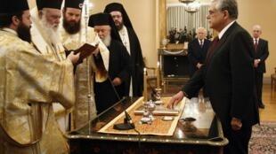 Lucas Papademos, o novo primeiro-ministro grego, presta juramento nesta sexta-feira.