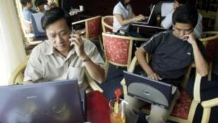 Trong một quán cà phê internet ở Sài Gòn