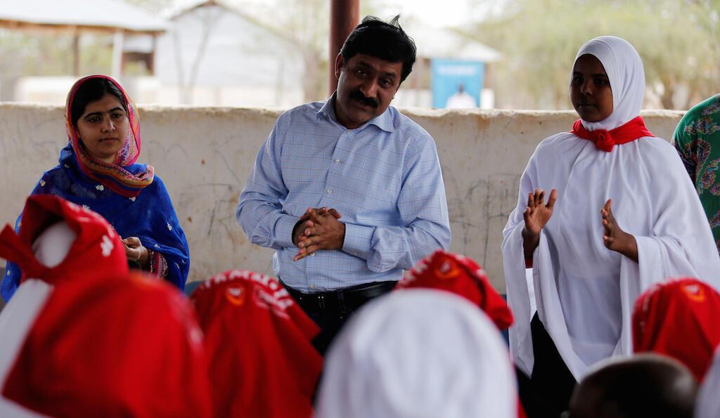 Kutoka kushoto, Malala Yousafzai, baba yake, na msichana, Rahma Hussein Noor wakizungumza na wanafunzi kwenye shule moja iliyoko kwenye kambi ya Daadab, nchini Kenya, Julai 12, 2016