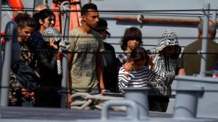Les 58 migrants sauvés au large de la Libye par le navire humanitaire Aquarius ont débarqué, le 30 septembre 2018, dans le port de La Valette.