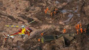 Les sauveteurs s'affairent sur le site du barrage minier de Vale dans l'Etat du Minas Gerais, barrage qui s'est rompu le 25 janvier 2019: quelque 300 personnes ont disparu, englouties par les boues.