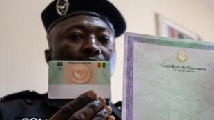 Un policier montre la future carte d'identité biométrique qui entrera en vigueur le 1er janvier 2021.