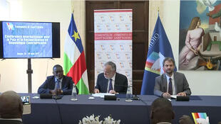Présentation de l'accord de paix en Centrafrique avec C. A. Doubane (g),ministre centrafricain des Affaires étrangères, A. Riccardi (c) fondateur de Sant'Egidio et M. Garofalo (d), Rome, Italie,19 juin 2017.