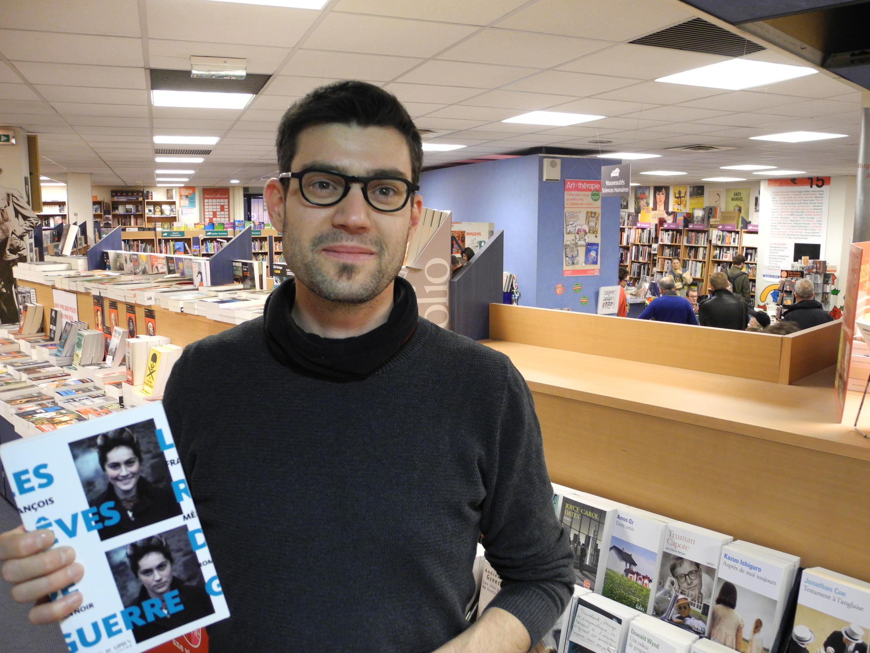 Damien es librero en París.