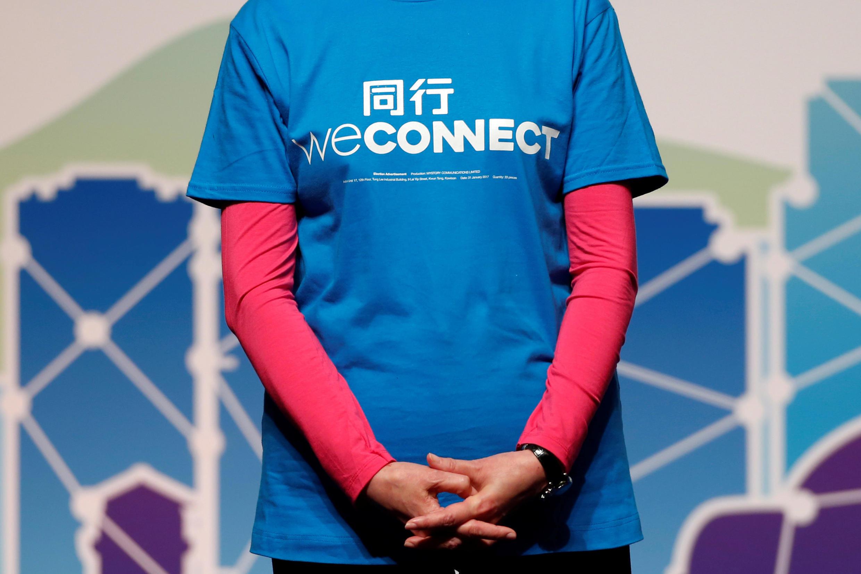 """参加2017香港特首选举角逐的前政务司司长林郑月娥身着印有其竞选宣传口号""""同行""""的T恤衫。"""