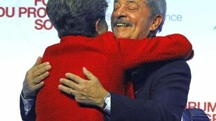 Luís Inácio Lula da Silva cumprimenta presidente Dilma durante Fórum do Progresso Social