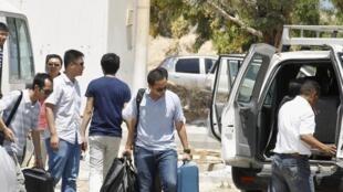 Des diplomates chinois en provenance de la Libye, au point de passage de Ras Jedir, dans le sud de la Tunisie, le 2 août 2014.