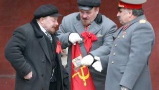 Đóng giả Lénine và Staline phục vụ du khách tại Quảng trường Đỏ.