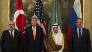 Các Ngoại trưởng Adel al-Jubeir (Ả Rập Xê Út), Feridun Sinirlioglu (Thổ), John Kerry (Mỹ), Sergei Lavrov (Nga) bên lề hội nghị về Syria