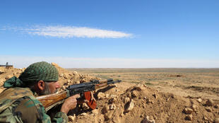 Militar sírio  na periferia  da província  de Raqqa