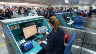 Unos pasajeros facturan su equipaje en el aeropuerto internacional Túnez-Cartago el 27 de junio de 2020