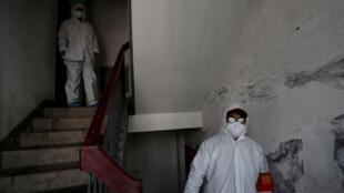 Nhân viên đi từng nhà ở Vũ Hán để kiểm tra trong thời gian thành phố bị phong tỏa vì dịch virus corona, những hình ảnh mà Bắc Kinh muốn xóa nhòa trong lịch sử sau khi đã gây họa cho cả thế giới.