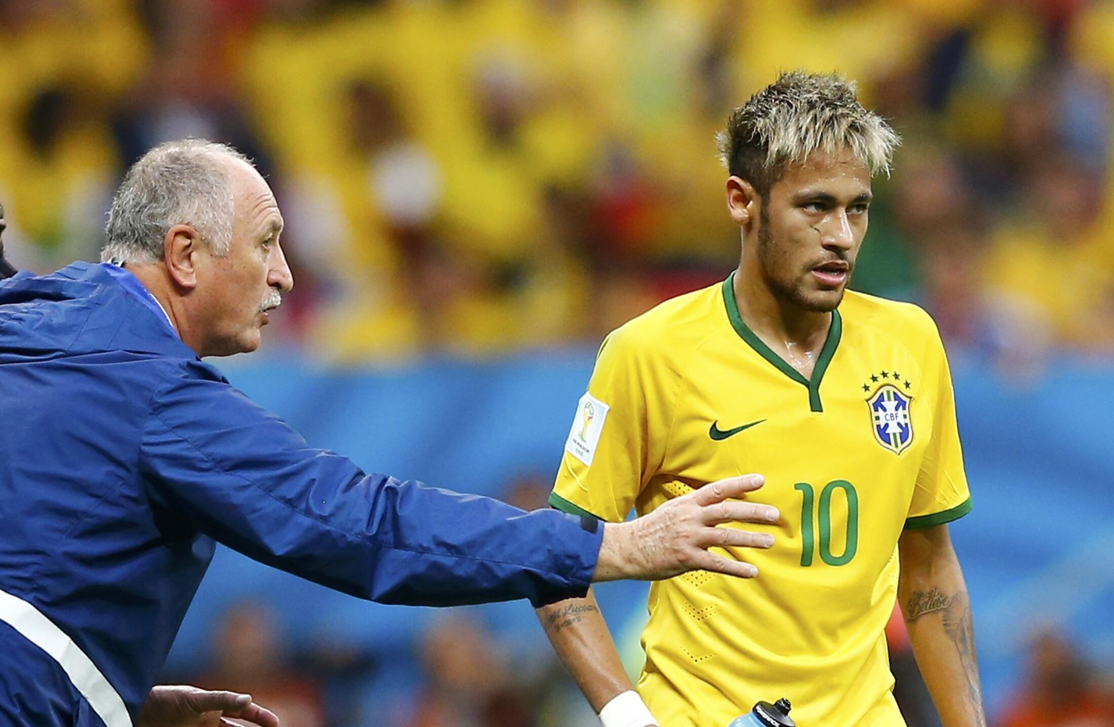 Kocha Luiz Felipe Scolari akimpa maelekezo Neymar