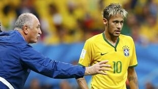 O treinador Luiz Felipe Scolari orienta Neymar durante o jogo contra Camarões.