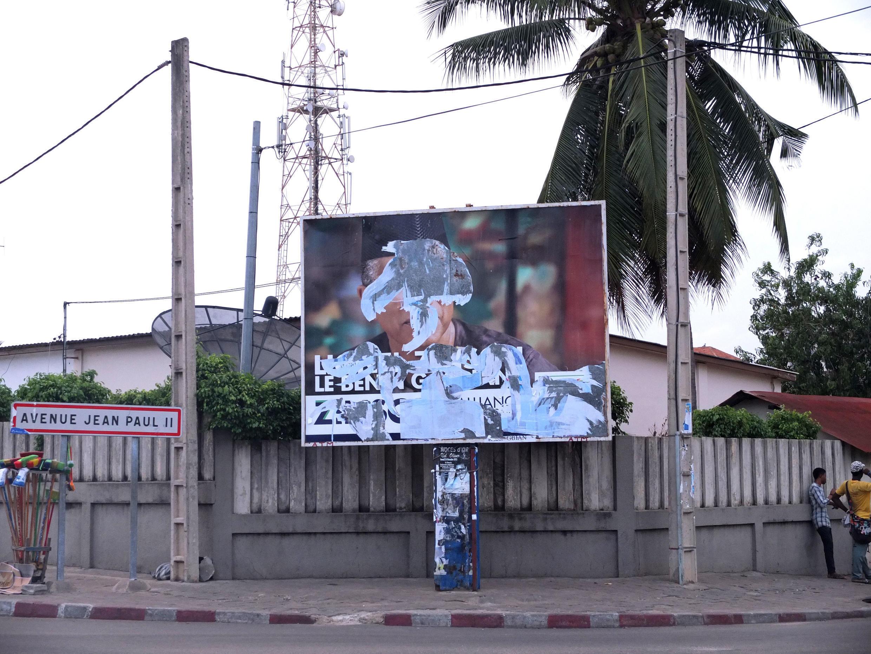 Une affiche déchirée de la campagne du candidat Lionel Zinsou, à Cotonou, au Bénin.