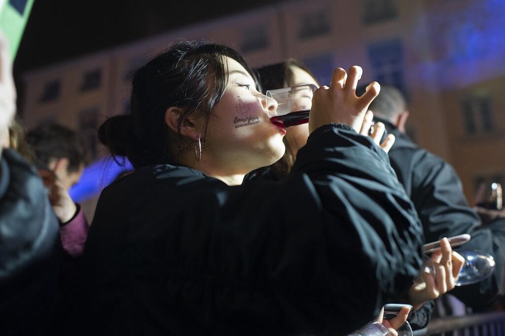 來自中國等世界各國的法國薄酒萊粉絲在新酒傳統首都里昂就地舉杯品嘗   2018年11月14日